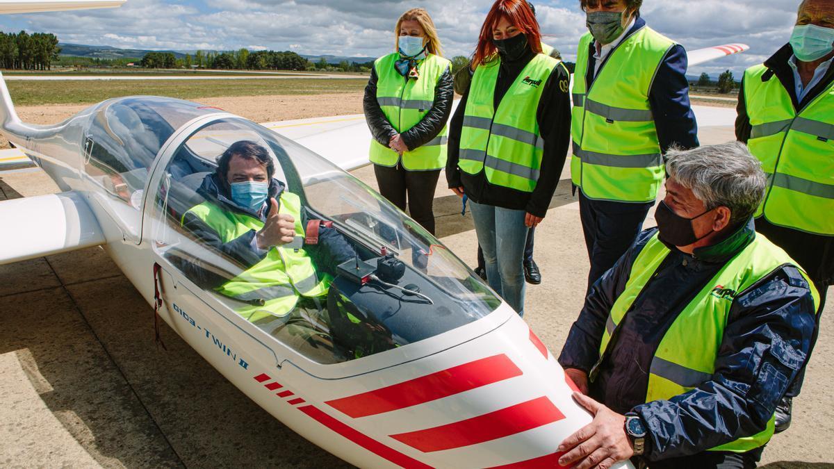 El presidente Mañueco durante su visita al aeródromo de Soria.