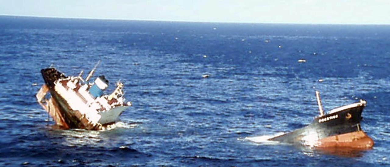 El 'Prestige', tras partirse en dos frente a la costa de Fisterra en noviembre de 2002.