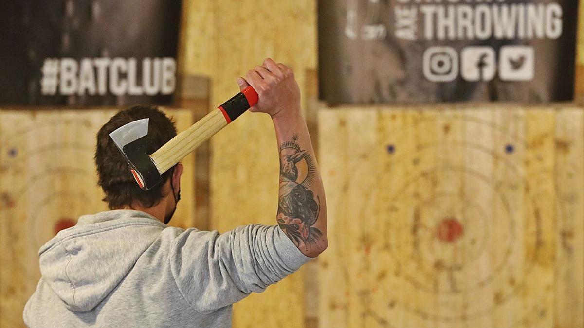 Una persona a punt de llançar una destral, al local de Girona Axe Throwing de la ciutat.   ANIOL DESCLOSA