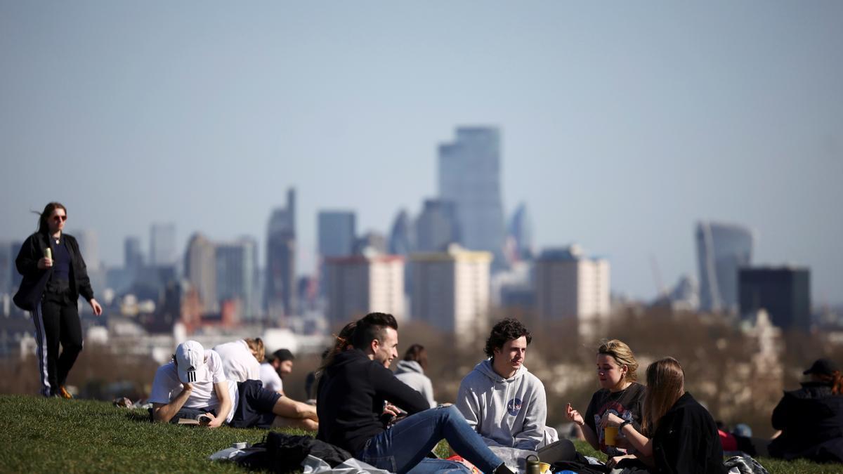 Grupos de jóvenes en un parque de Londres