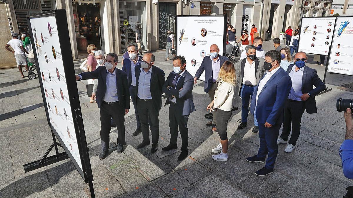 Abel Caballero, las autoridades y representantes de patrocinadores del deporte vigués, durante la apertura de la exposición. // RICARDO GROBAS
