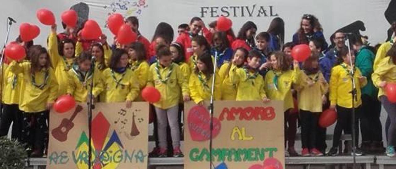Los chicos y chicas del Agrupament Escolta la Valldigna durante la interpretación de «Amor al campament», que recibió el galardón a mejor puesta en escena.
