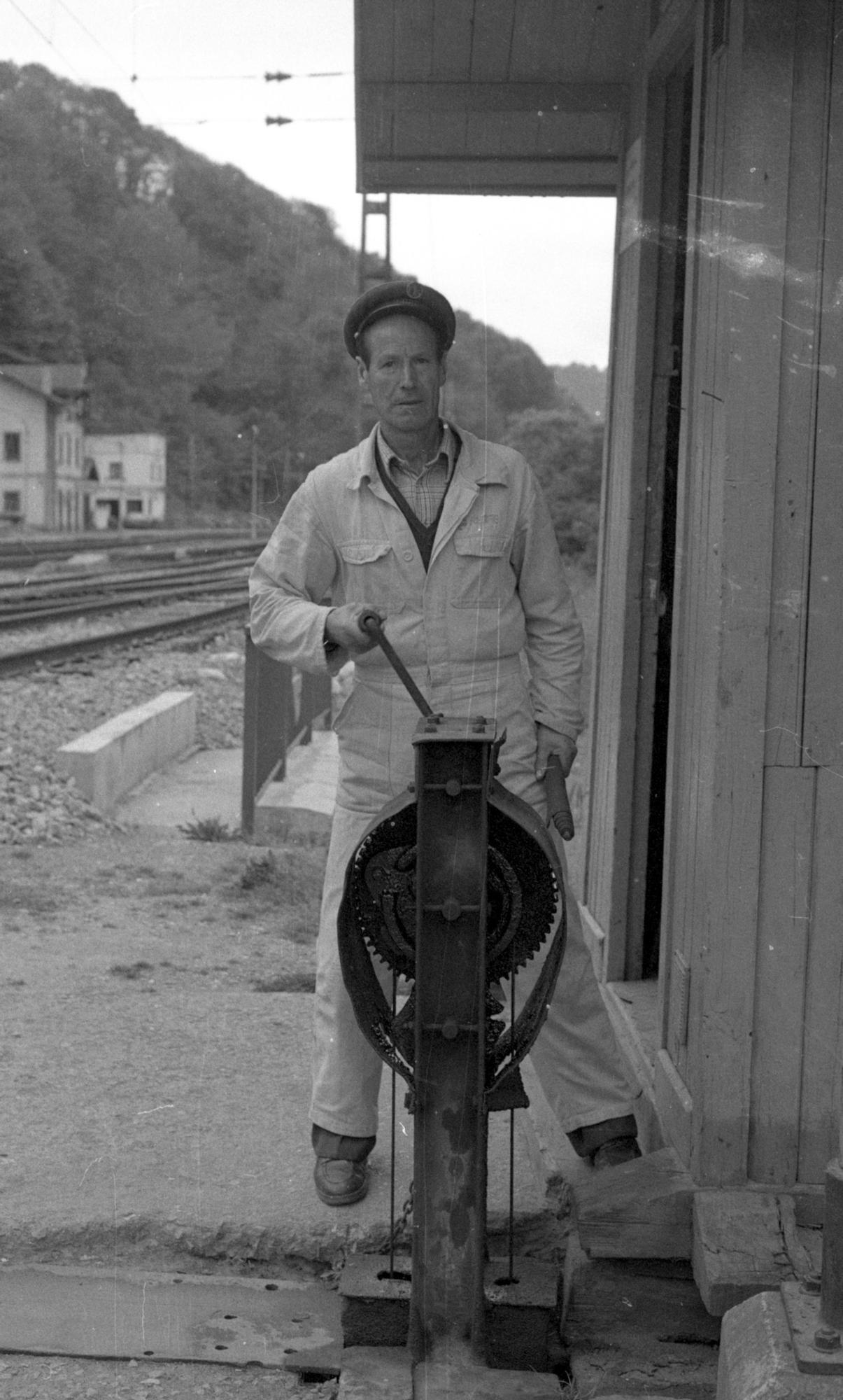 Retrato de uno de los últimos guardagujas de la red de ferrocarriles, h. 1970.