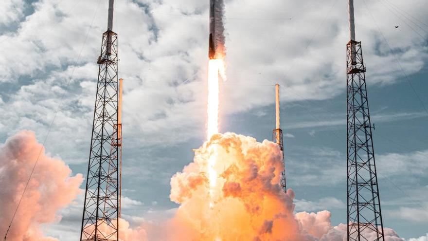 Space X bate récord al lanzar 143 satélites con un solo cohete
