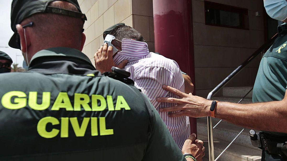 El acusado de matar a Younes sale de los juzgados para ingresar en prisión