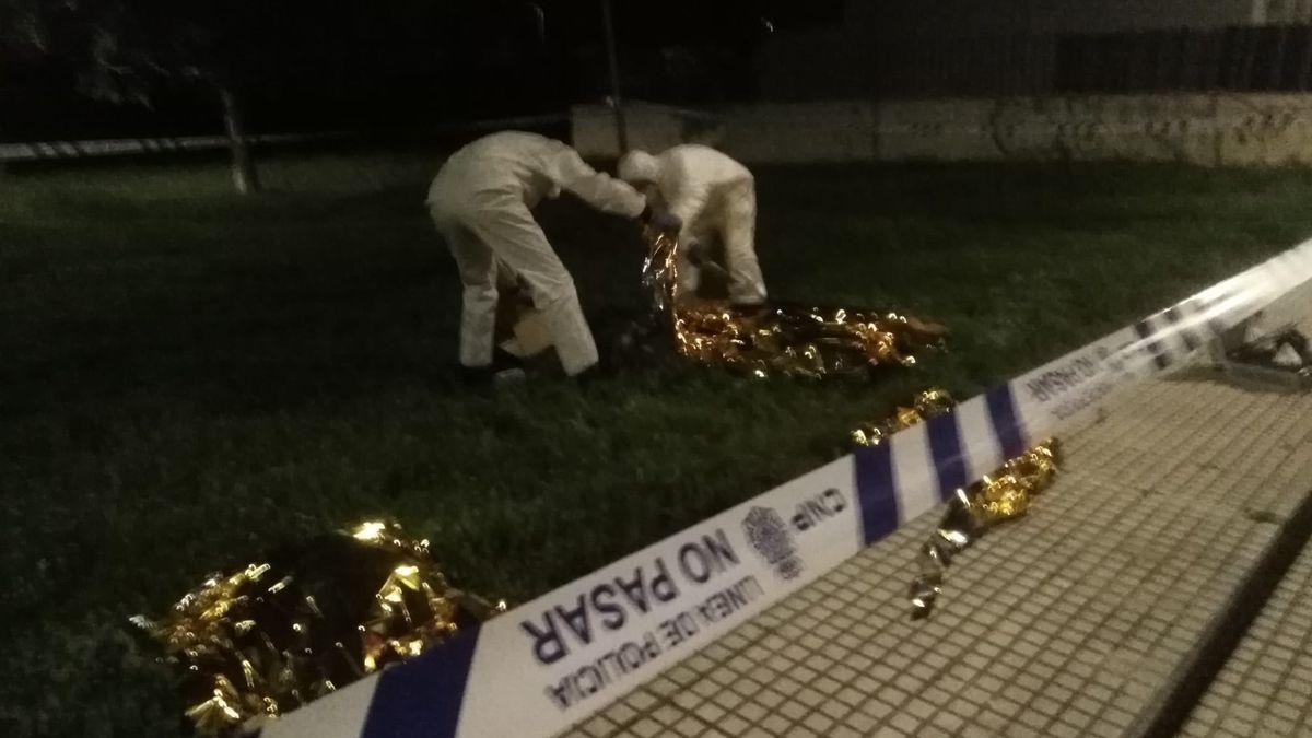 La Policía Nacional inspecciona el cuerpo del fallecido.