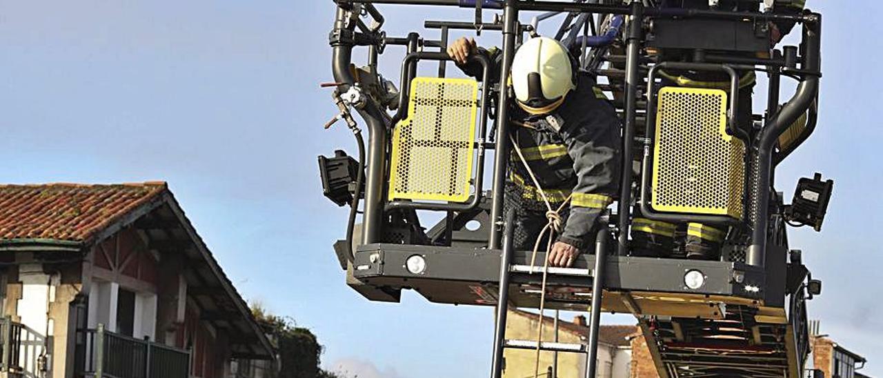 Los bomberos avilesinos auxilian a la víctima de un accidente.   R. Solís