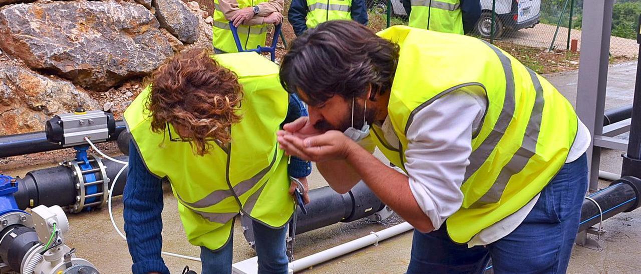 Enrique Riestra y Marián García de La Llana prueban el agua de la ETAP en presencia de Lucio Carriles, al fondo      M. VILLORIA