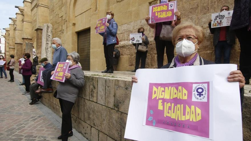 La Mujeres Cristianas de Córdoba se concentran junto a la Mezquita-Catedral por la igualdad en la Iglesia