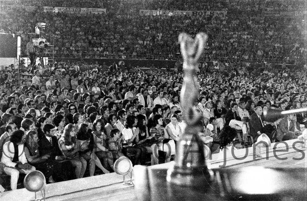 ENTREGA DE PREMIOS A LOS GANADORES DEL XIII FESTIVAL DE LA CANCIÓN. 12 DE JULIO 1971.