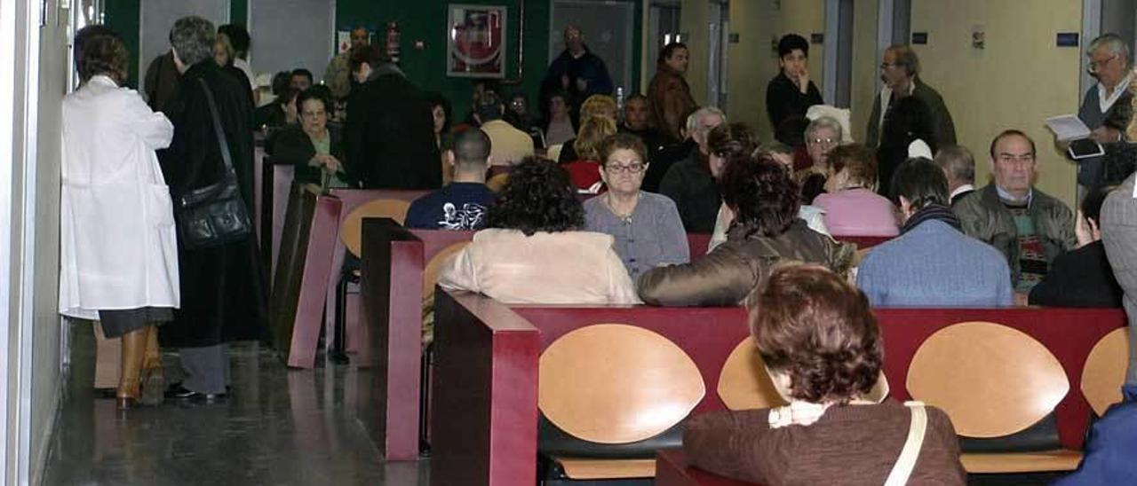 Pacientes en la sala de espera del Hospital de Riaño, en una imagen de archivo.