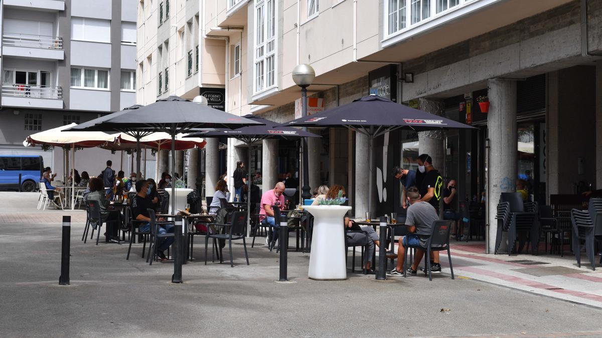 Terrazas en una calle de Arteixo.