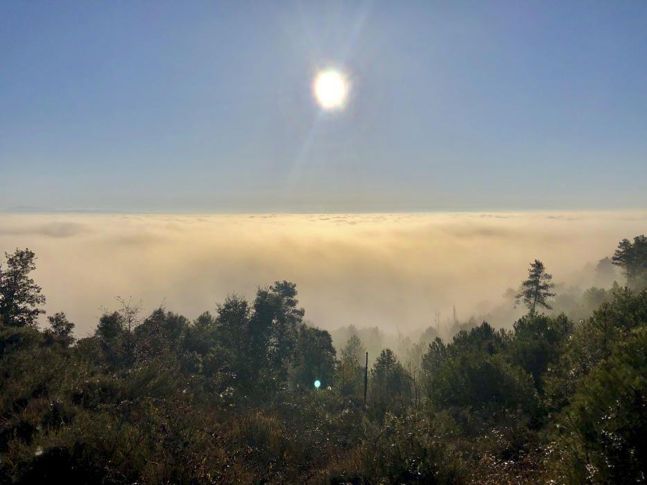 El Pla de Bages. Aquesta imatge es va captar el penúltim dia de l'any des de Viver i Serrateix. Una imatge de contrastos. La vall coberta per una catifa de núvols, i per sobre, un sol radiant.