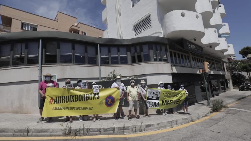 Una docena de personas protesta ante Marivent por la presencia de la Familia Real en Mallorca