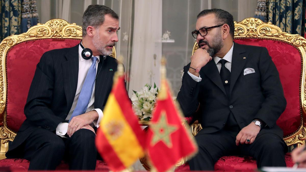Los reyes Felipe VI y Mohamed VI conversando durante un acto entre España y Marruecos.