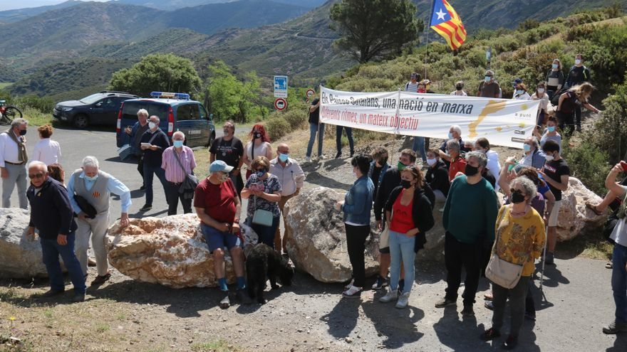 La zona del coll de Banyuls amb les pedres al mig de la carretera i els manifestants