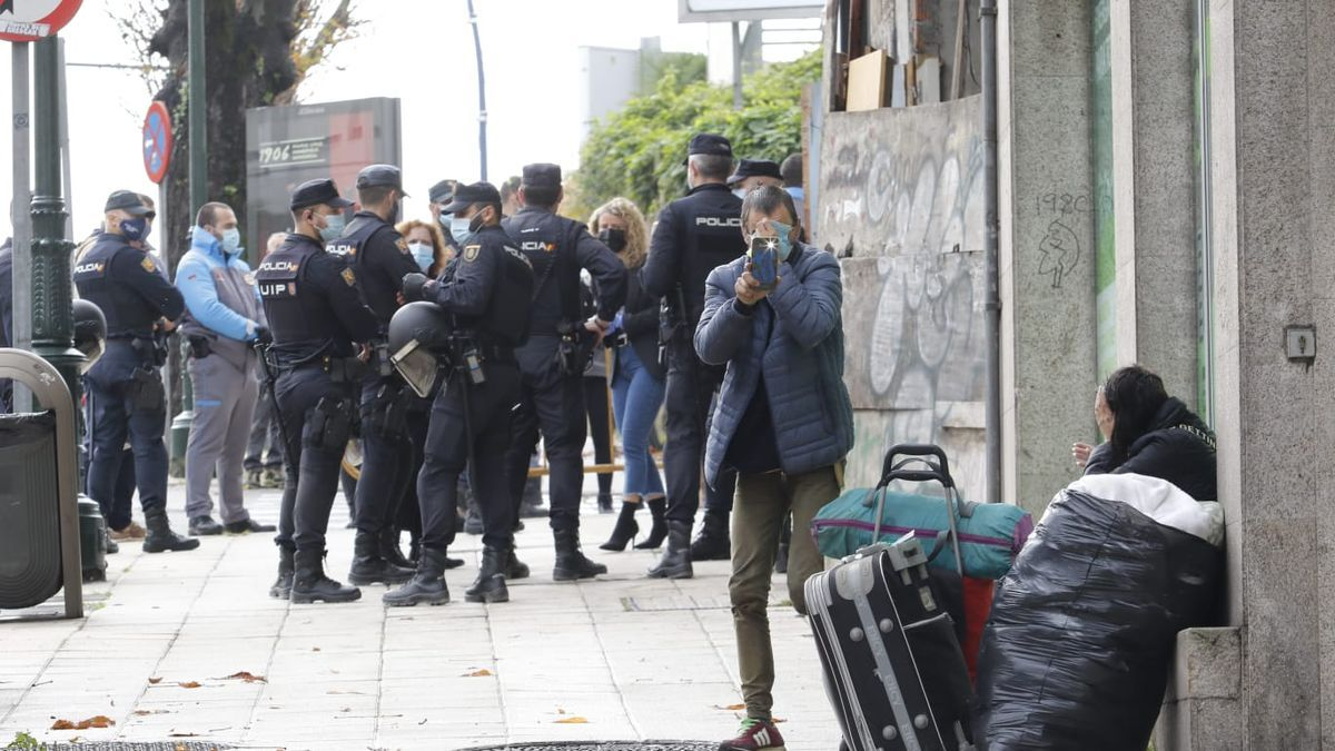 La Policía Nacional interviene en el desalojo de un edificio okupa en Vigo