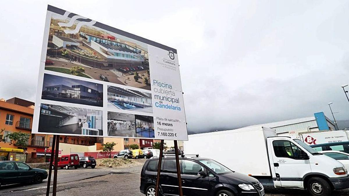 Cartel anunciador de la obra del proyecto frustrado de la piscina municipal.