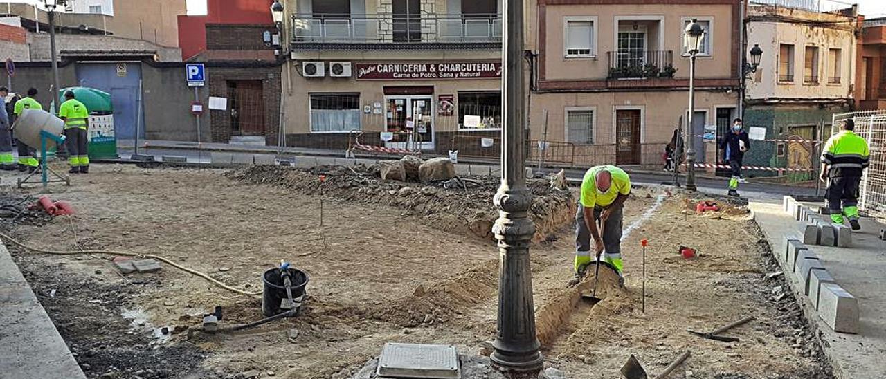 Obras de reordenación en la plaza Dos de Mayo. | A.P.