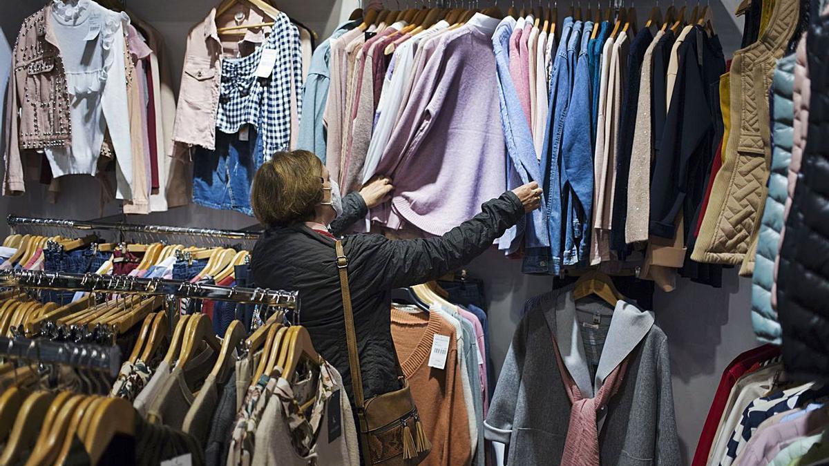 Clienta de una tienda de ropa de la calle Martínez Valls de Ontiyent, en una imagen reciente | LEVANTE-EMV