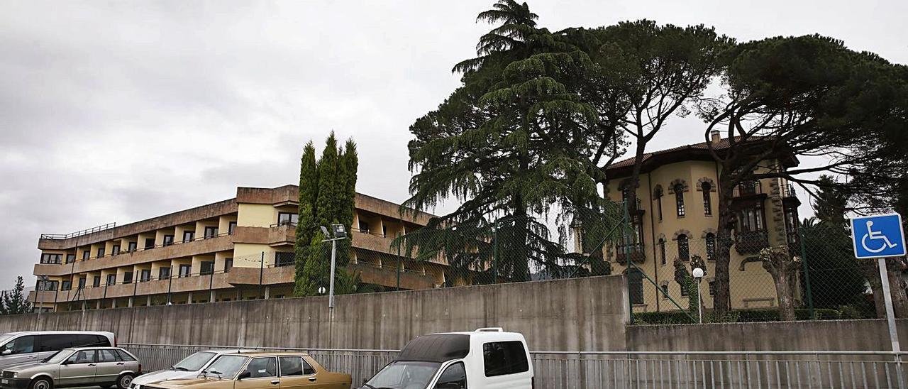 La residencia, a la izquierda, y el centro de día, que se ubica en el edificio de la derecha, en Pravia. | Ángel González