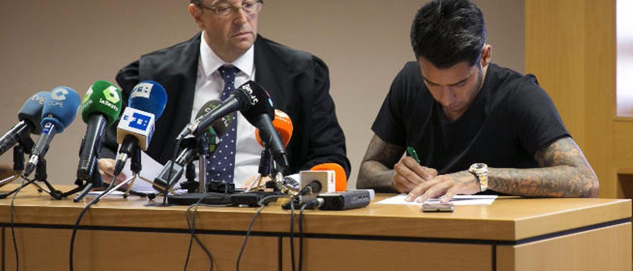 Araujo, junto con su abogado Lino Chaparro en septiembre durante el juicio rápido por desobediencia a la autoridad.