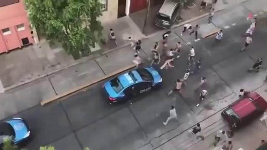 Argentina: La policía huye de una emboscada de los barras bravas