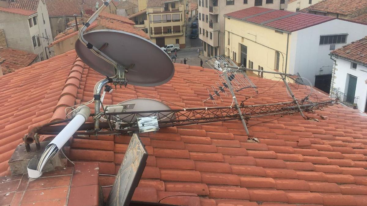 El tejado con antenas de Alfonso Milián se vio afectado por el tornado, en Vilafranca.