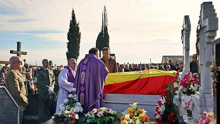 El coronel Manías Dacosta recibe sepultura en el cementerio de Alcañices. S.