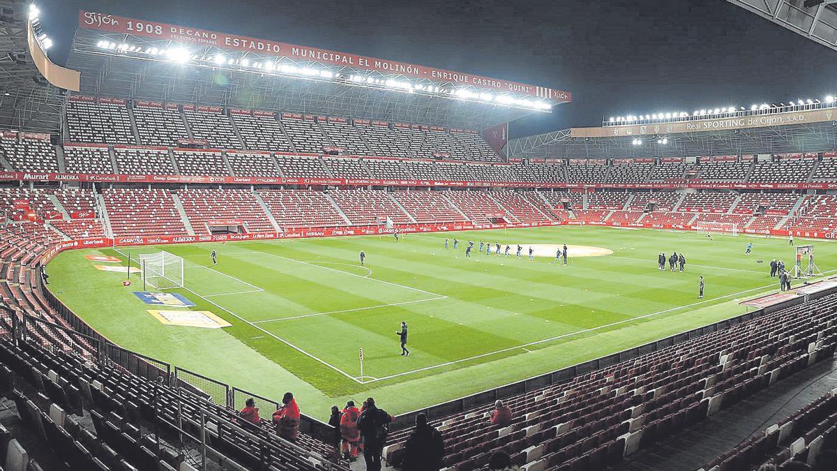El Molinón, vacío, ayer antes de comenzar el Sporting-Fuenlabrada. | JUAN PLAZA