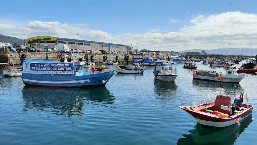 La flota de O Morrazo vuelve a hacer sonar sus bocinas contra el reglamento de la UE