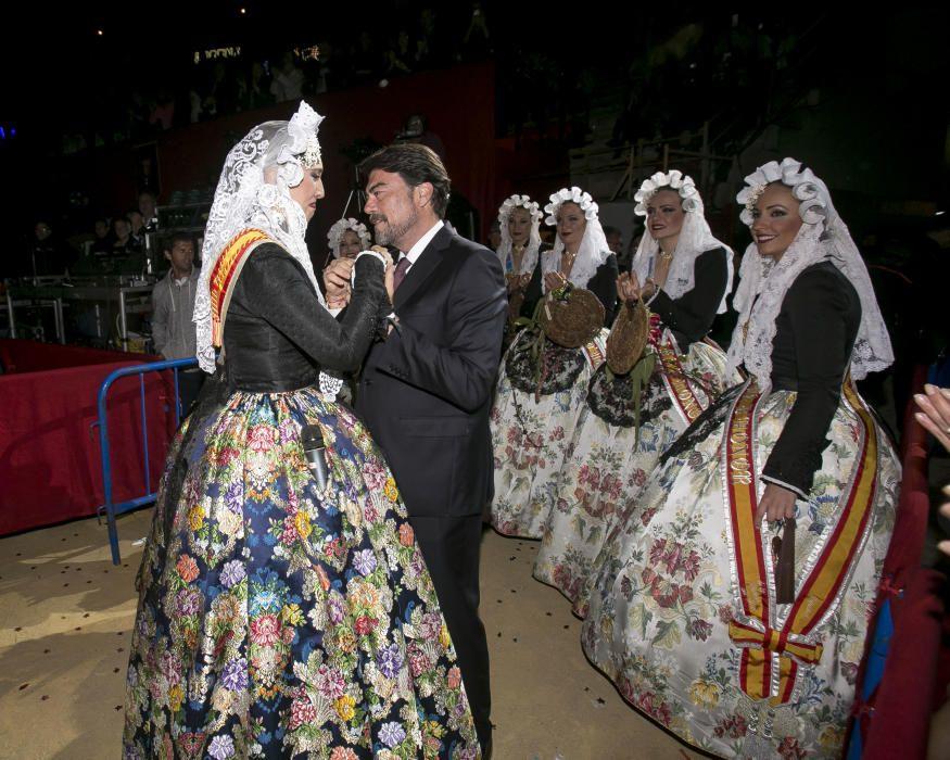 La nueva Bellea del Foc, Isabel Bartual, emocionada anoche tras ser elegida en la Plaza de Toros junto con las Damas del Foc y el alcalde Luis Barcala.