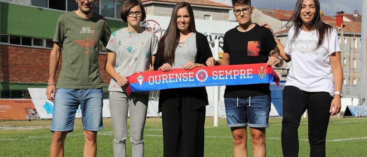 Rubén García, Nerea Rodríguez, Laura Alonso, María Feijoo y Patricia Cid, ayer en el campo de O Couto. // Jesús Regal