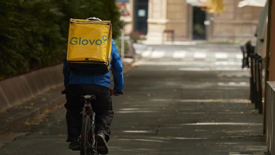 Un juzgado de Madrid reconoce la relación laboral de 69 repartidores de Glovo con la plataforma