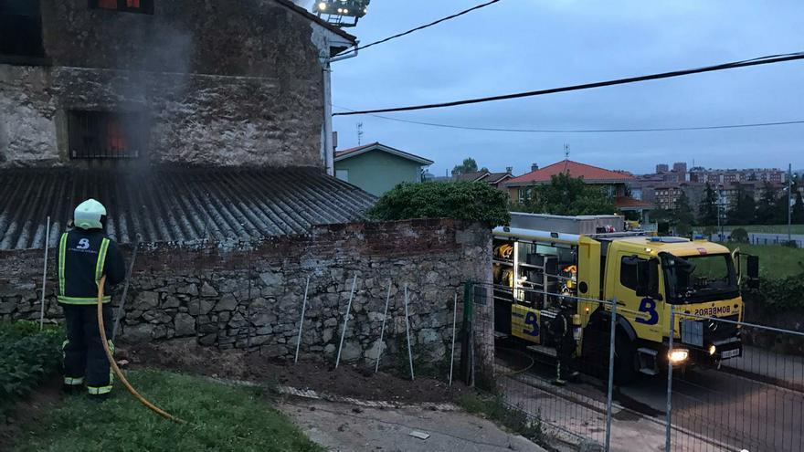 Arde en la calle Piqueros la vivienda de José Francisco Álvarez Busto, el cartelista de la Casa de Cultura