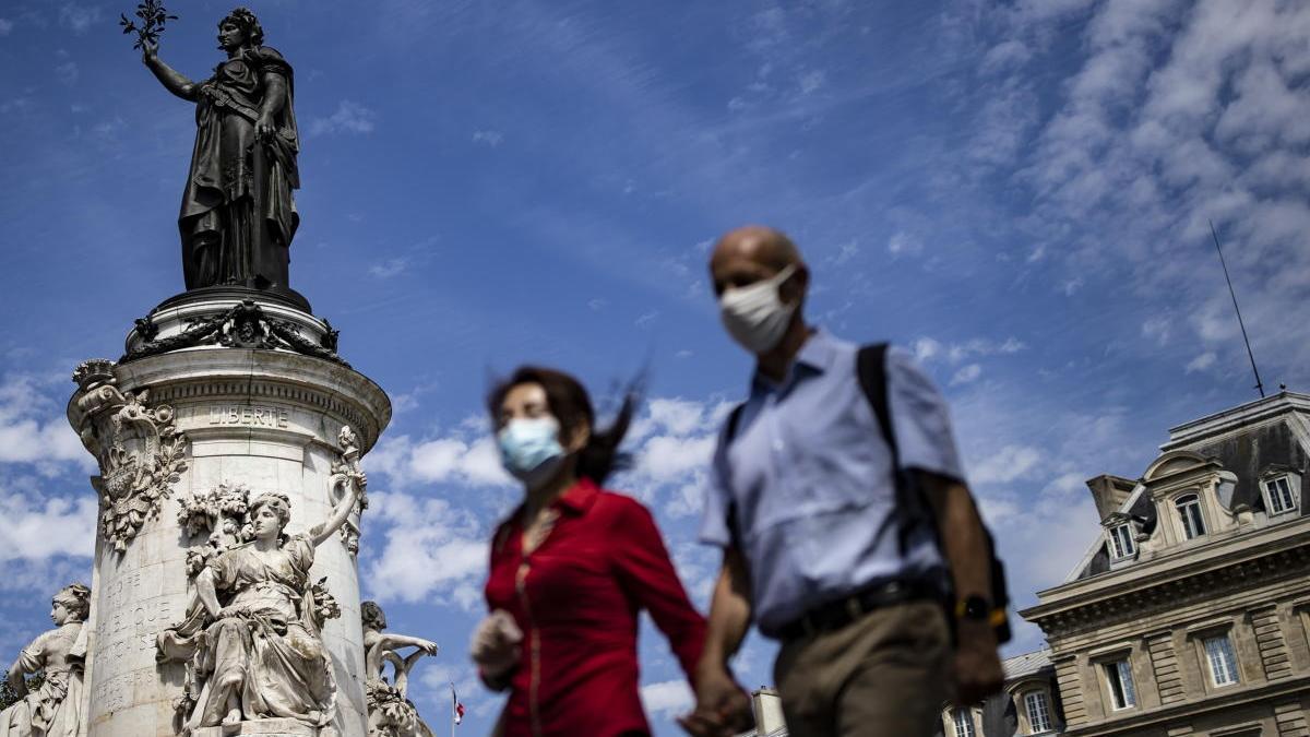 Dos personas pasean por la plaza de la República de París.  // Ian Langdson