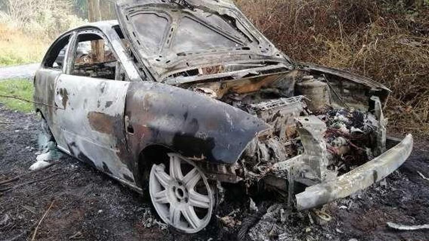 Aparece calcinado en Gijón un vehículo robado horas antes en Posada de Llanera