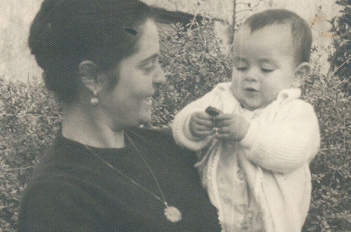 Xela, de bebé, coa súa nai en Sarria (Álbum familiar)