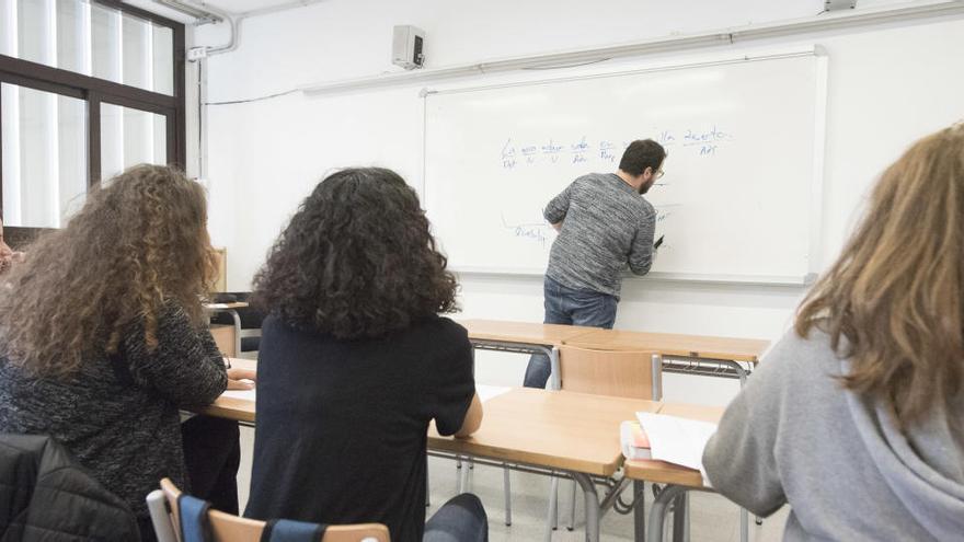 El Congrés aprova que les comunitats puguin contractar professorat sense màster de manera excepcional