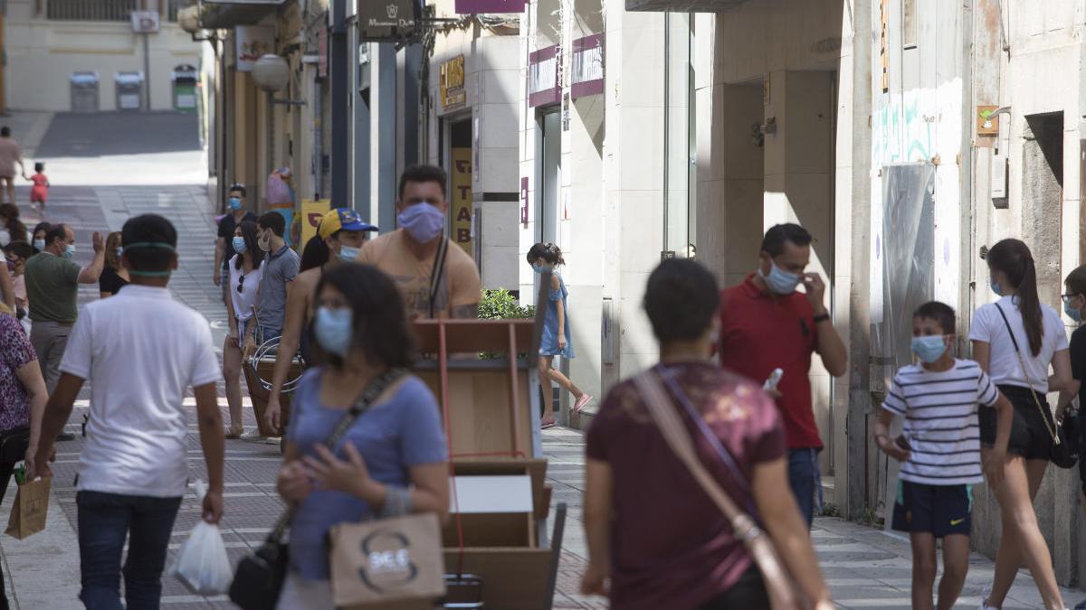 Vianants amb mascareta a Figueres.