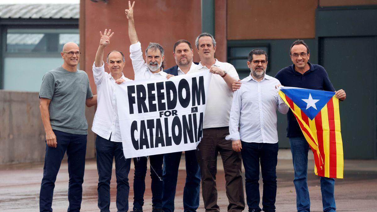 Los presos indultados abandonan la prisión de Lledoners.