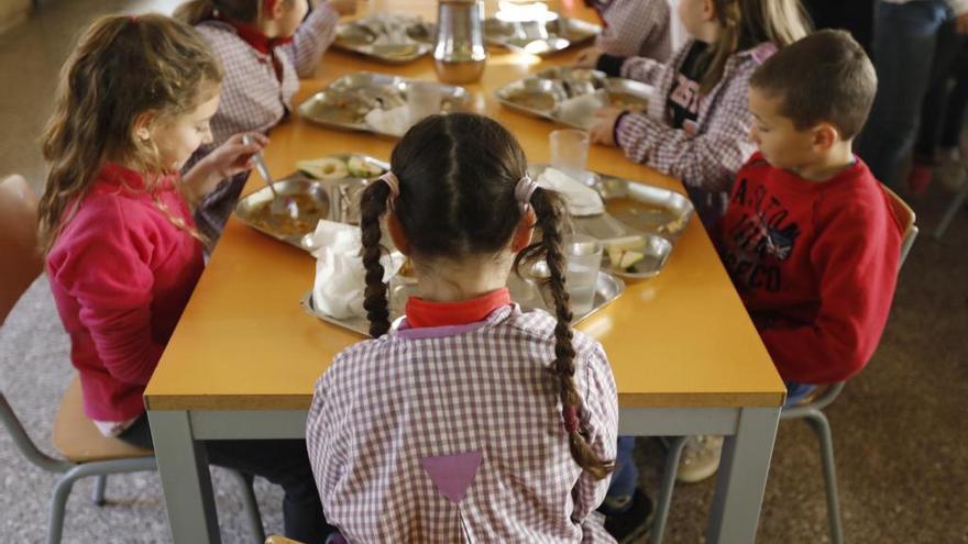 Unes 2.100 famílies d'escolars gironins amb beques menjador rebran targetes moneder per comprar menjar