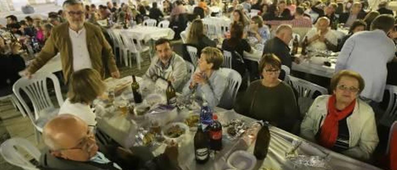 Josep Alandete, de pie, anoche en la cena-mitin de Compromís Més Gandia Unida en la plaza Major.