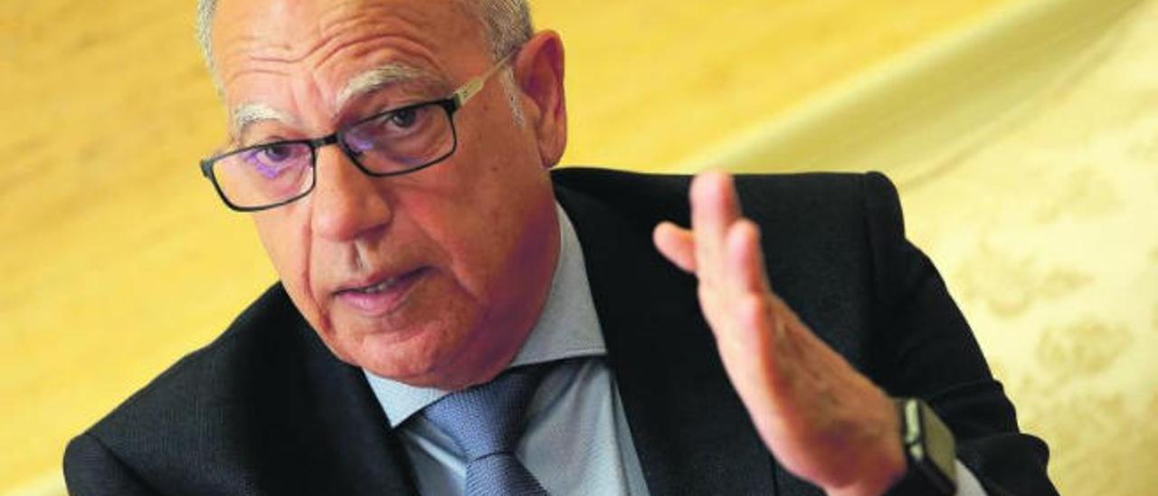 Casimiro Curbelo durante una entrevista en el Parlamento de Canarias.