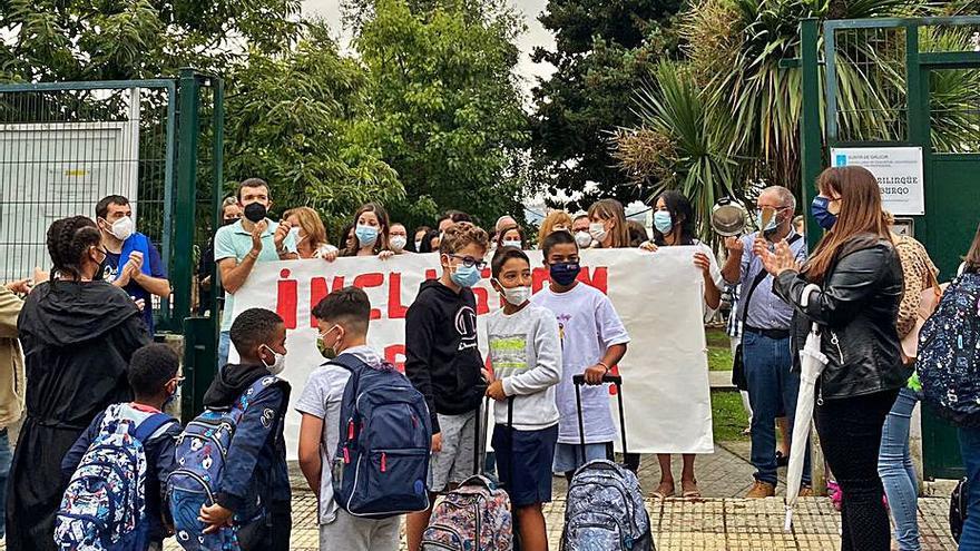 Reúnen más de mil firmas para exigir refuerzos en el colegio Ría do Burgo