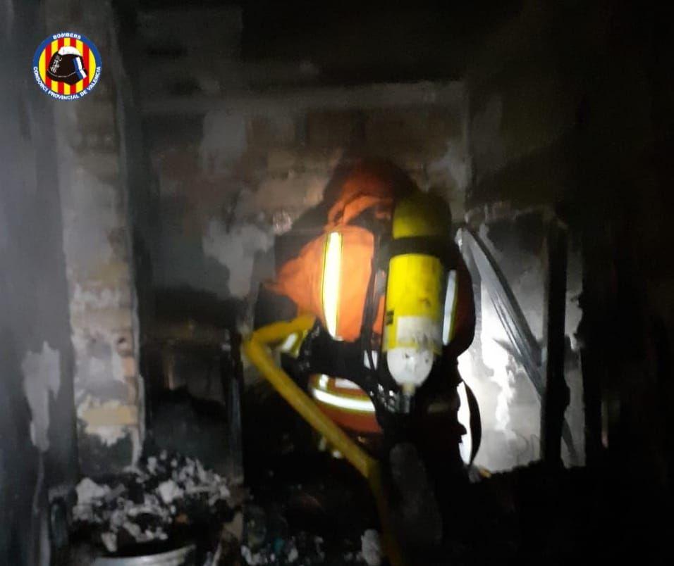 Bomberos de Cullera, Alzira y Gandia sofocan un incendio en Llaurí