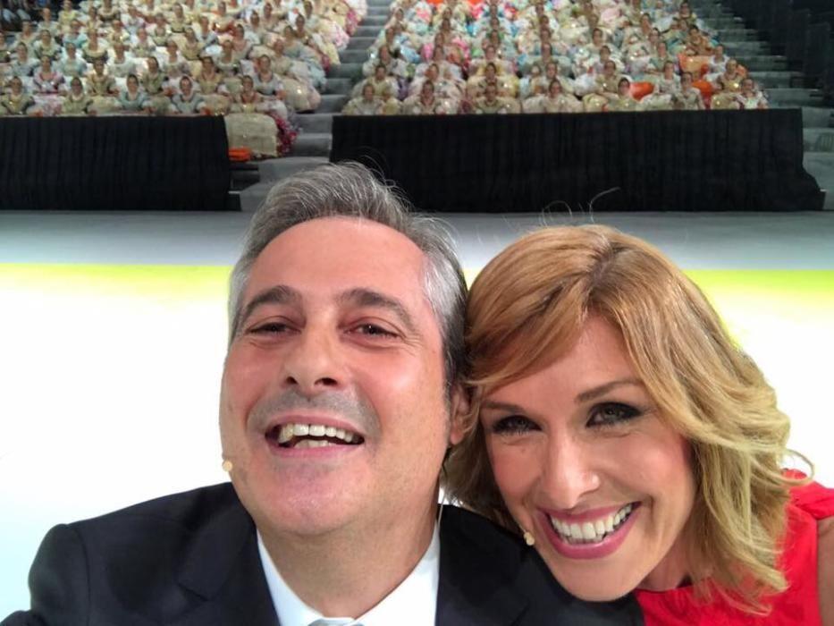 El selfi de Ximo Rovira y Carme Bort con las candidatas al inicio del acto.