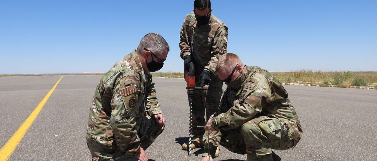 Militares norteamericanos evalúan la pista del aeródromo Ben Guerir de Marruecos para las maniobras African Lion 21.