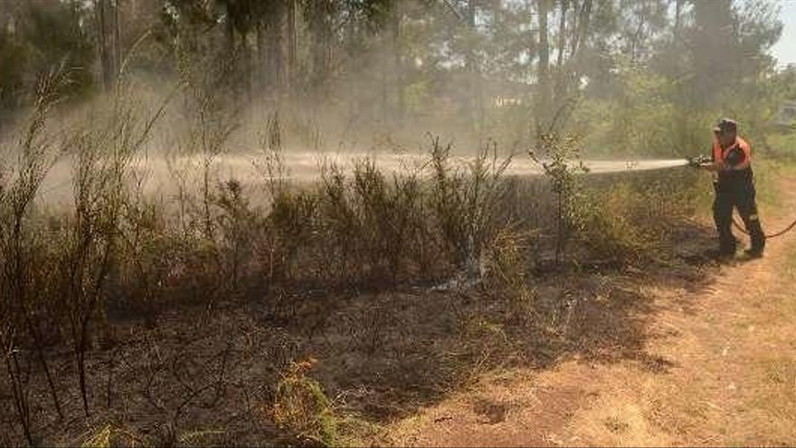 Las llamas queman más de 2.500 metros cuadrados en Vilanova
