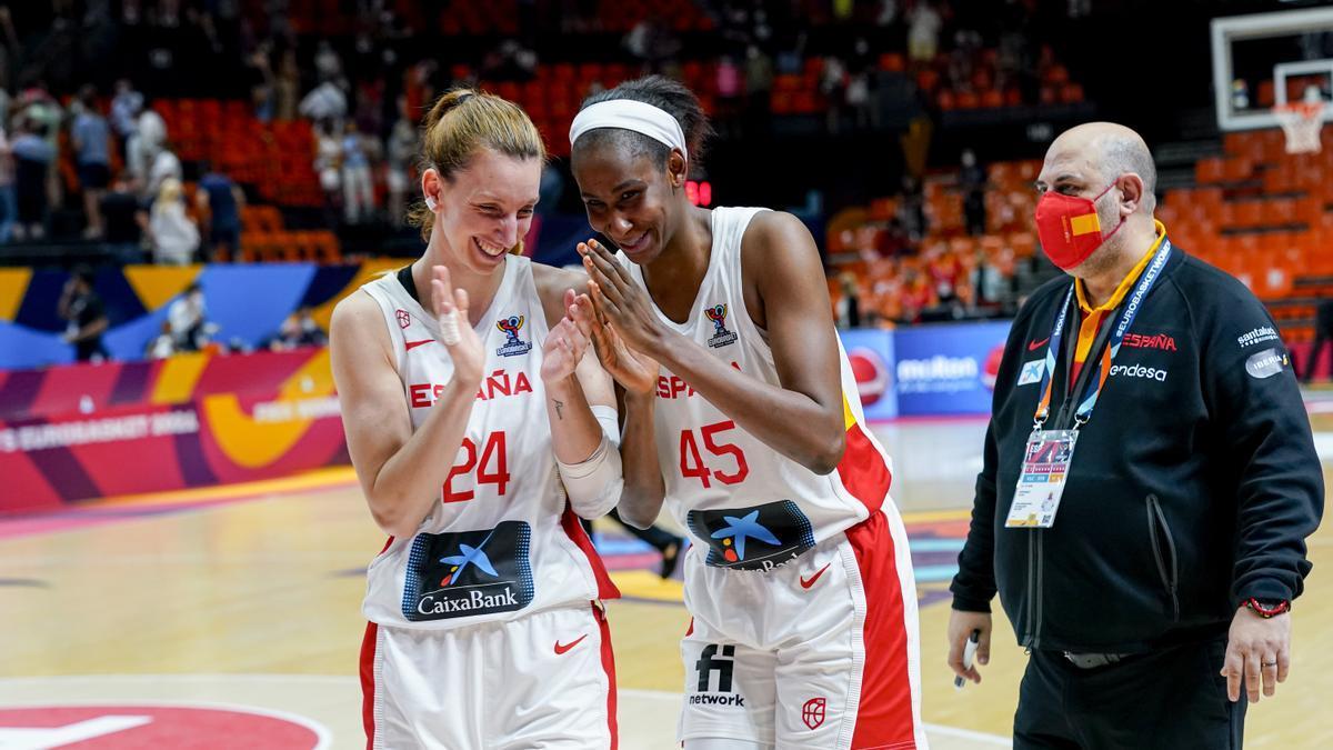 Laura Gil celebra la clasificación para cuartos de final con Astou Ndor en presencia de Lucas Mondelo